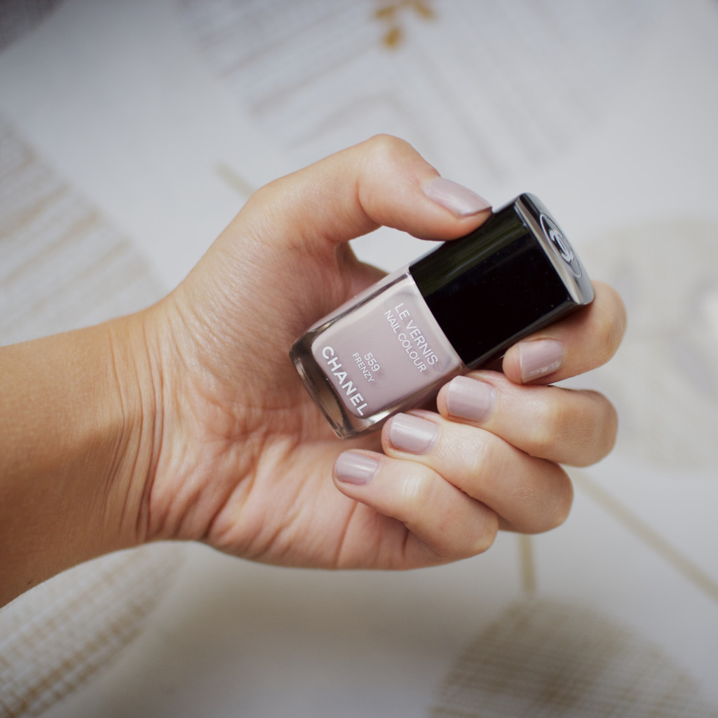 Light nailpolish