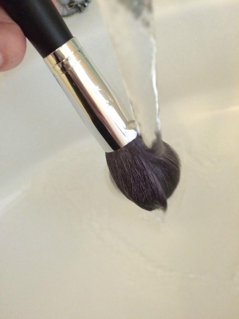 Alleen de haren van de kwast bij het schoonmaken onder water houden. Niet de huls