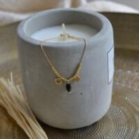 Armband goud met bedeltjes en zwart steentje onbewerkt
