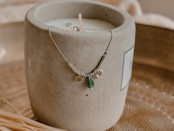 Armband zilver met bedeltjes en groen steentje
