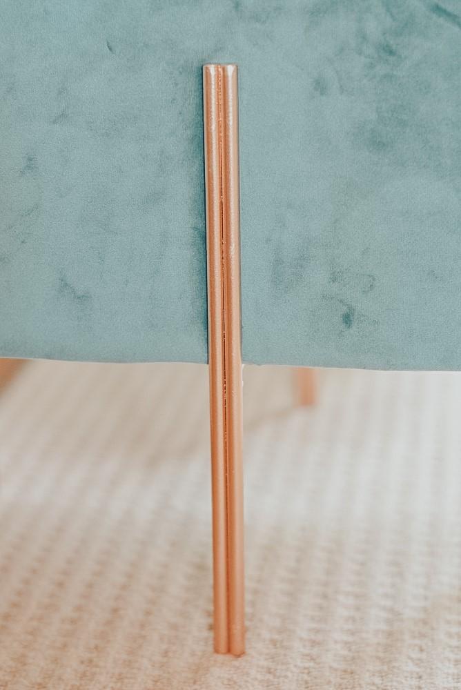Detail kruk goudkleurige pootjes velours