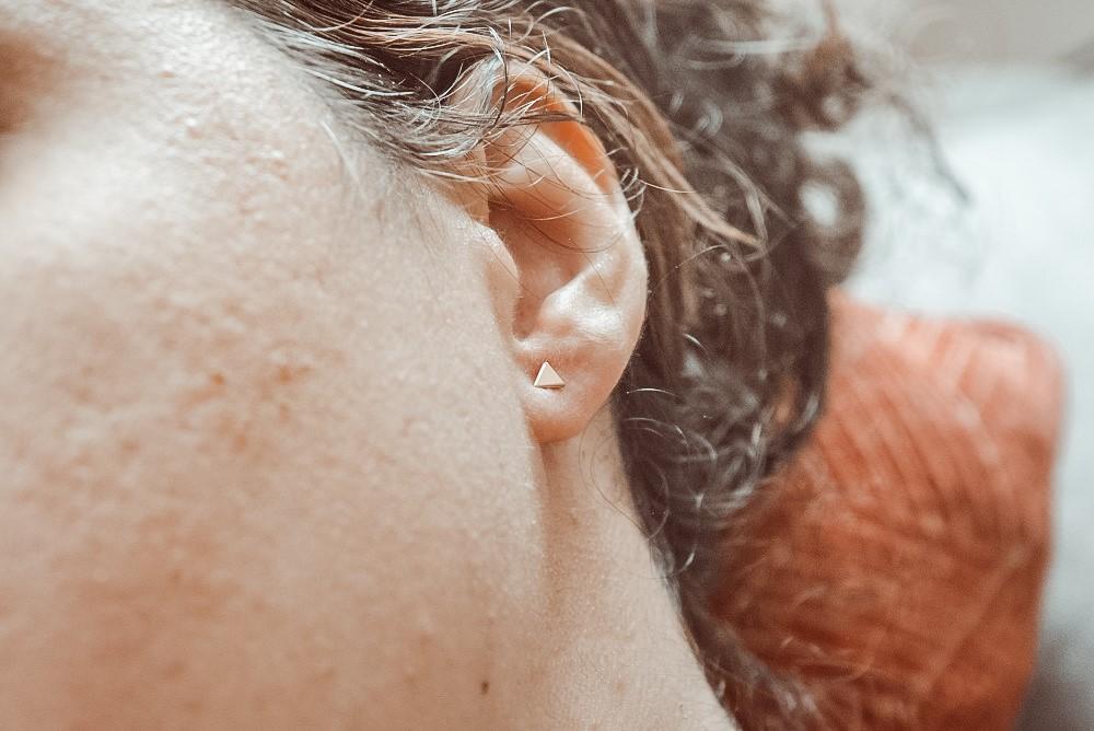 Moneau Fleur gouden oorbellen driehoek Isabel Bernard in mijn oor