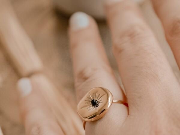 Onregelmatig gevormde ring goud met zwart steentje