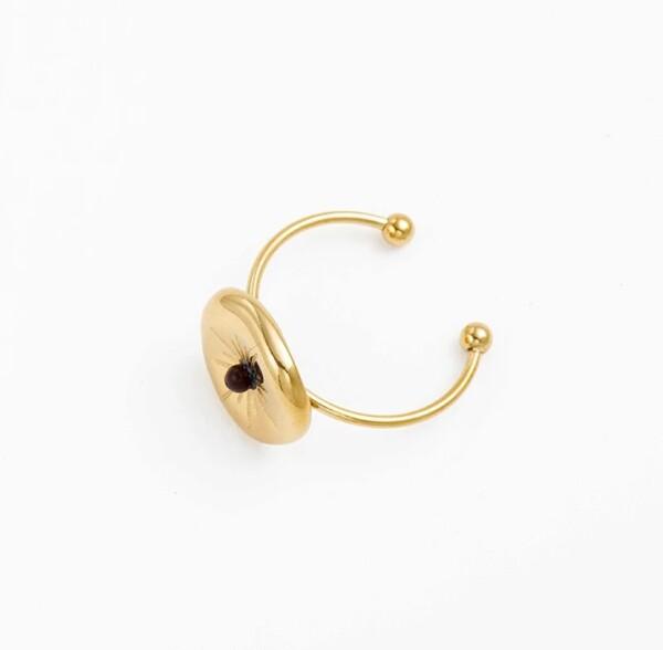 Onregelmatig gevormde ring goud met zwart steentje foto winkel
