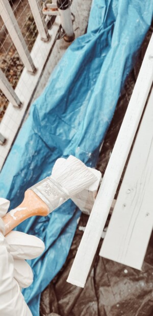 Een palletbank verven en beschermen tegen de winter? Zo doe je dat!