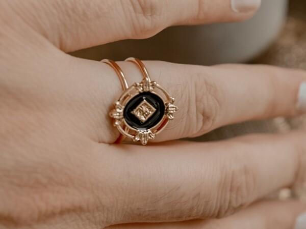 Ring goud en zwart met gouden ruit aan hand