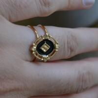 Ring goud en zwart met gouden ruit aan hand onbewerkt